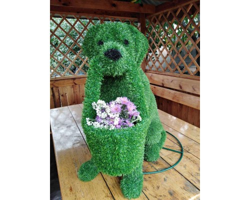 Фигура из искусственной травы - собака с корзиной